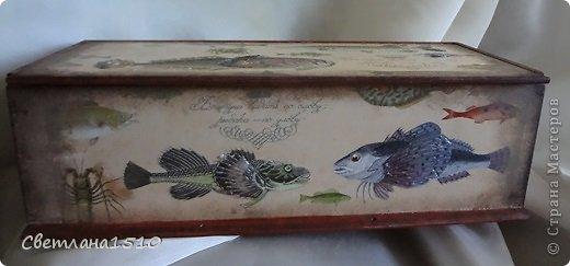 """У друга скоро день рождения. Сделала ему в подарок вот такой ящик. Использовала декупажную карту, краски, аквалак, моделирующую пасту (выделила плавники у рыбок и крабика) на фото не очень заметен эффект выделения, чип-борд """"Презент"""" на внутреннюю сторону крышки, трафарет на боковую сторону. Собственно, вот что получилось в итоге... фото 2"""