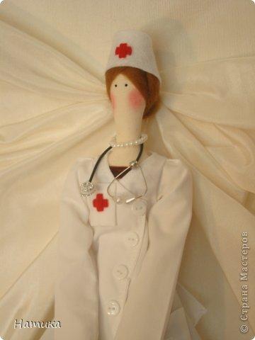 Слава, слава докторам, Санитаркам, фельдшерам, Всем медсестрам, окулистам, Акушерам, протезистам, Стоматологам и ЛОРам Славу мы поем всем хором. Даже если кто здоров, Жизнь ведь начал с докторов! Их заботливые руки Облегчали мамам муки, Чтобы мы могли родиться. Не дай Бог нам простудиться, Подхватить бронхит иль грипп - Сразу вспомним мы о них! Вам про них расскажет каждый, Как умелы и отважны; Как окутают вниманьем, Чтоб улучшить состоянье; Как борясь за жизнь людей, Забывают о своей. Дали клятву Гиппократа, Ей верны в работе свято. Слава, слава докторам! Низко кланяемся вам. фото 4