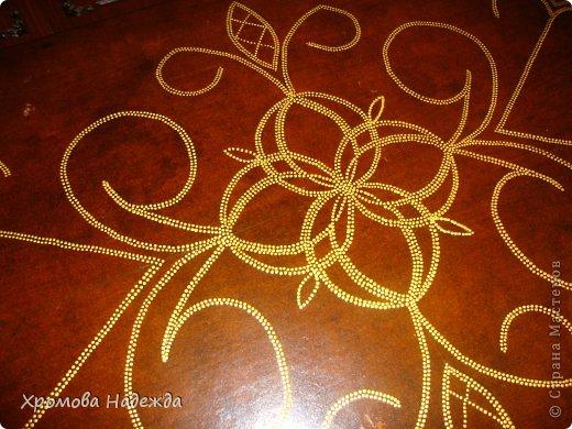 Реставрация столика. Сначала пошкурила,затем морикой ,,красное дерево,, в 2 слоя, потом аквалаком в 2 слоя, а потом рисунок.  Узор нарисовала сначала на миллиметровке, потом перенесла через копирку. А дальше контуры DEKOLA - золото. И вот что получилось. фото 3