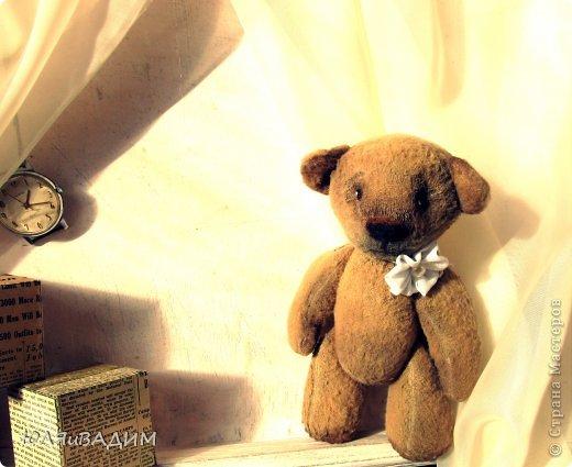 После слоников захотелось попробовать сшить и мишку. Ткань - флис, та из которой и  слоников шила. Руки, ножки на деревянных продолговатых бусинах. Глазки, носик привалены из шерсти и покрашены акриловой краской. Внутри - синтепон. Росточком он совсем малютка-16см. Это, конечно, просто мишка, а не настоящий тедди. Ведь настоящих утяжеляют опилочками, гранулятом, ножки, ручки, голова на шплинтах. И, кстати, сегодня прочитала, что у настоящих тедди не бывает хвостов. Вот!  Если кому-то интересно, здесь МК по пошиву мишки  http://www.shkola-igrushki.ru/mk-po-teddi.html фото 2