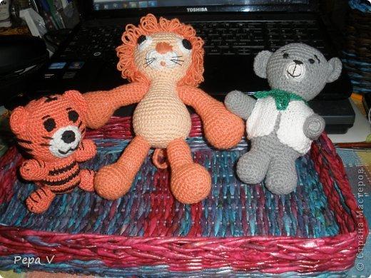 Здравствуйте дорогие друзья! В ожидании чуда, как и полагается бабушке, я  навязала пинетки, шортики, пледы, и гуляя в нете встретила замечательные зверишки. Сразу захотелось связать /точнее попробовать  - это мои первые игрушки, до сих пор не делала/Первым был заяц - связан спицами, а потом пошло - медвеженок, потом маленький тигренок и только что закончила лев! Очень приятное дело! Спасибо всем мастерам, которые поделились схемами. фото 5