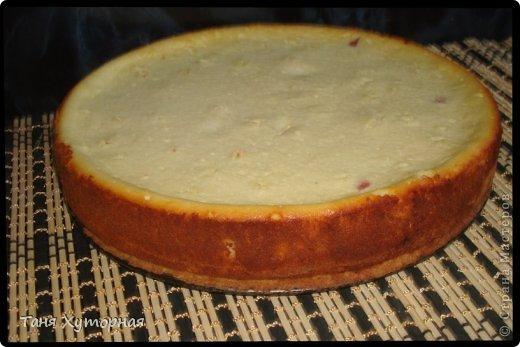 Я опять с творожной выпечкой! Это очень вкусный пирог, который стоит приготовить! Ингредиенты: -    Творог (Начинка) — 200 г -    Сметана (начинка) — 100 г -    Яйцо (2 в начинку + 1 в тесто) — 3 шт -    Сахар (150г в начинку + 50г в тесто) — 200 г -    Крахмал кукурузный — 2 ст. л. -    Сухари панировочные — 1 ст. л. -    Вишня — 400 г -    Масло сливочное (тесто) — 100 г -    Мука (тесто) — 200 г -    Крупа манная (в начинку) — 1 ст. л.  фото 12