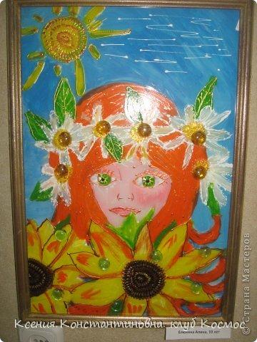 """На занятиях изостудии я часто использую коллективно- индивидуальную форма работы. Когда каждый ученик выполняет свою работу самостоятельно, но она является частью одной общей работы или объединена  единой темой. Как здесь 4 девочки выполняли серию """"Времена года"""" красками по стеклу и керамике на стекле в раме формата А3.  Воловик Люба 10 лет. Панно """"Весна"""" фото 2"""