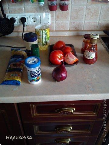 Привент всем! На днях ко мне приходила подруга и я решила угостить её спагетти со своим собственным соусом. Соус очень вкусный, мне и моей подруге очень понравилось. Надеюсь вы тоже попробуете его приготовить. И так нам понадобятся:  помидоры( на одну порцию 1 томат), лук, лавровый лист(если есть), перец, соль, подсолнечное масло, песто из томатов( можно заменить кетчупом) и ваши любимые макароны( мне нравятся спагетти). фото 1