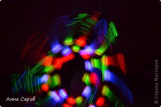 У многих дома, наверное, имеются светящиеся игрушки со светодиодиками. Вот и у нас такая завалялась :-) И вот я предложила дочке её раскручивать в темноте, переключая режимы свечения, а сама фотографировала без вспышки. И вот что получилось, думаю, вышло необычно и красиво :-) Может и вам пригодится. фото 3