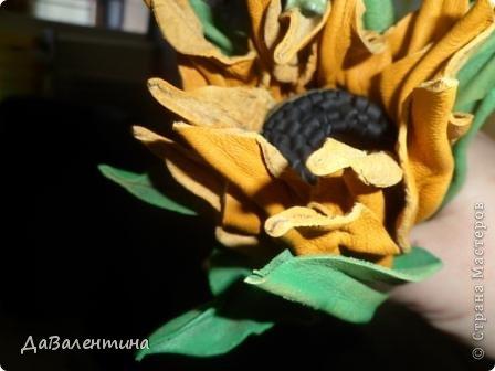"""Доброго вечера, всем жителям СМ!!! Представляю свою новую картину из натуральной кожи """"Композиция с Подсолнухами""""!Размер картины 50см х 60 см!Очень давно вынашивала идею по созданию картины с Подсолнухами, даже кожей обзавелась нужного желтоватого цвета, но никак не могла придумать, как сделать серединки-семена подсолнушков?! И тут Анечка (Анка 777) - сделала Царский Подарок, выложила Замечательный МК http://stranamasterov.ru/node/563657?c=favorite . За, что ей низкий поклон!Поэтому, мой мастер-класс будет частичным!!! По цветкам-к Анечке, у меня все остальное!!! А сейчас фото картины в разных ракурсах! фото 26"""