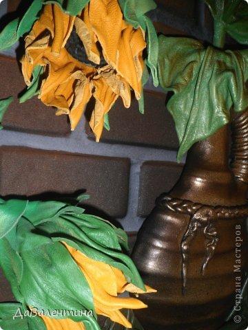 """Доброго вечера, всем жителям СМ!!! Представляю свою новую картину из натуральной кожи """"Композиция с Подсолнухами""""!Размер картины 50см х 60 см!Очень давно вынашивала идею по созданию картины с Подсолнухами, даже кожей обзавелась нужного желтоватого цвета, но никак не могла придумать, как сделать серединки-семена подсолнушков?! И тут Анечка (Анка 777) - сделала Царский Подарок, выложила Замечательный МК https://stranamasterov.ru/node/563657?c=favorite . За, что ей низкий поклон!Поэтому, мой мастер-класс будет частичным!!! По цветкам-к Анечке, у меня все остальное!!! А сейчас фото картины в разных ракурсах! фото 6"""