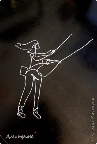 """Сегодня закончила рисунок из проволоки """"Девушка на качелях"""". Смотрится объемно. Сделана из единой цельной проволоки. Похожа? Что-то я себя сама оценить не могу :)"""