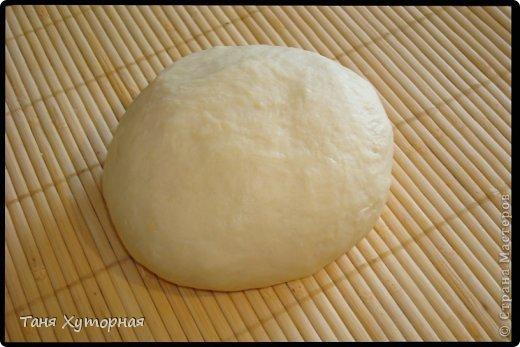 Ингредиенты: Тесто: -    Мука (+ дополнительно 0.5 стакана, на домес теста и на раскатку) — 1.5 стак. -    Яйцо (1 в тесто; 1 для смазывания) — 2 шт -    Масло растительное — 2 ст. л. -    Сок лимонный — 1 ч. л. -    Соль — 1/4 ч. л. -    Вода (теплая) — 100 мл Вишнёвая начинка: -    Сахар — 0.5 стак. -    Сухари панировочные (крошка от печенья) — 2 ст. л. -    Масло сливочное (растопленное) — 2 ст. л. -    Вишня  — 400 г Яблочная начинка: -    Яблоки - 3 шт. -    Изюм - 60-70 г -    Орехи грецкие (рубленые) - 80 г -    Сахар (зависит от кислости яблок) — 3 ст.л. -    Корица - 1,5 ч.л. -    Сухари панировочные — 2 ст. л. -    Масло сливочное (растопленное) — 2 ст. л. фото 3