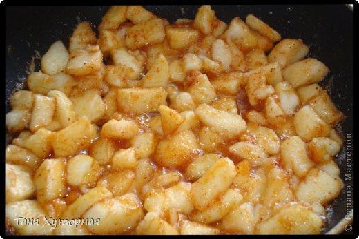 Ингредиенты: Тесто: -    Мука (+ дополнительно 0.5 стакана, на домес теста и на раскатку) — 1.5 стак. -    Яйцо (1 в тесто; 1 для смазывания) — 2 шт -    Масло растительное — 2 ст. л. -    Сок лимонный — 1 ч. л. -    Соль — 1/4 ч. л. -    Вода (теплая) — 100 мл Вишнёвая начинка: -    Сахар — 0.5 стак. -    Сухари панировочные (крошка от печенья) — 2 ст. л. -    Масло сливочное (растопленное) — 2 ст. л. -    Вишня  — 400 г Яблочная начинка: -    Яблоки - 3 шт. -    Изюм - 60-70 г -    Орехи грецкие (рубленые) - 80 г -    Сахар (зависит от кислости яблок) — 3 ст.л. -    Корица - 1,5 ч.л. -    Сухари панировочные — 2 ст. л. -    Масло сливочное (растопленное) — 2 ст. л. фото 4