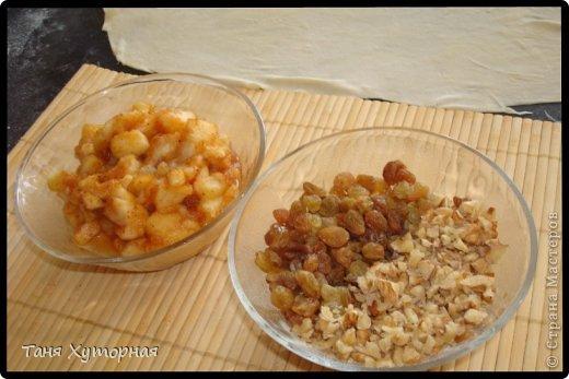 Ингредиенты: Тесто: -    Мука (+ дополнительно 0.5 стакана, на домес теста и на раскатку) — 1.5 стак. -    Яйцо (1 в тесто; 1 для смазывания) — 2 шт -    Масло растительное — 2 ст. л. -    Сок лимонный — 1 ч. л. -    Соль — 1/4 ч. л. -    Вода (теплая) — 100 мл Вишнёвая начинка: -    Сахар — 0.5 стак. -    Сухари панировочные (крошка от печенья) — 2 ст. л. -    Масло сливочное (растопленное) — 2 ст. л. -    Вишня  — 400 г Яблочная начинка: -    Яблоки - 3 шт. -    Изюм - 60-70 г -    Орехи грецкие (рубленые) - 80 г -    Сахар (зависит от кислости яблок) — 3 ст.л. -    Корица - 1,5 ч.л. -    Сухари панировочные — 2 ст. л. -    Масло сливочное (растопленное) — 2 ст. л. фото 7
