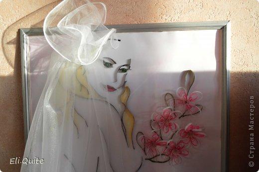 """16 февраля состоялась моя свадьба :)  Предполагалось, что очень многое из свадебной атрибутики я буду делать своими руками. В том числе, хотелось по традиции повесить на дверь плакат """"Здесь живет невеста"""". Но в итоге, когда я доделала эту работу, захотелось поместить картину в раму, и получился уже далеко не плакат... :) И затем решили, что во время выкупа вешать на дверь картину не будем, жених уже в ресторане пел мне песню, а я в ответ подарила ему вот такой свой портрет :) фото 3"""