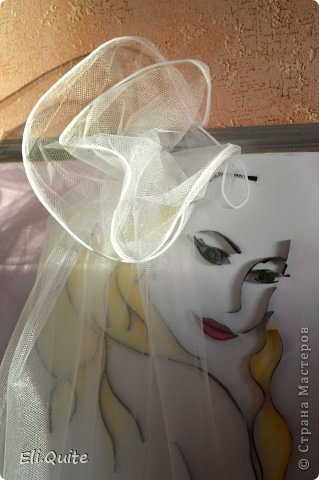 """16 февраля состоялась моя свадьба :)  Предполагалось, что очень многое из свадебной атрибутики я буду делать своими руками. В том числе, хотелось по традиции повесить на дверь плакат """"Здесь живет невеста"""". Но в итоге, когда я доделала эту работу, захотелось поместить картину в раму, и получился уже далеко не плакат... :) И затем решили, что во время выкупа вешать на дверь картину не будем, жених уже в ресторане пел мне песню, а я в ответ подарила ему вот такой свой портрет :) фото 5"""