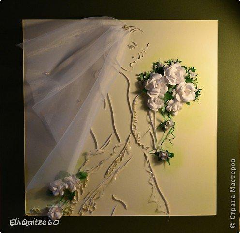 """16 февраля состоялась моя свадьба :)  Предполагалось, что очень многое из свадебной атрибутики я буду делать своими руками. В том числе, хотелось по традиции повесить на дверь плакат """"Здесь живет невеста"""". Но в итоге, когда я доделала эту работу, захотелось поместить картину в раму, и получился уже далеко не плакат... :) И затем решили, что во время выкупа вешать на дверь картину не будем, жених уже в ресторане пел мне песню, а я в ответ подарила ему вот такой свой портрет :) фото 7"""