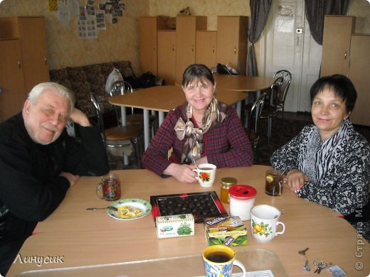Итак. мы встретились!  К нам в гости приехали мастера своего дела -  художник Андрей Геннадиевич.  Ольга с мастер-классом по куклам-мотанкам  и Ира с плетеночками.  Это у нас в бытовой комнате. фото 1