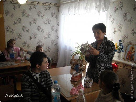 Итак. мы встретились!  К нам в гости приехали мастера своего дела -  художник Андрей Геннадиевич.  Ольга с мастер-классом по куклам-мотанкам  и Ира с плетеночками.  Это у нас в бытовой комнате. фото 2