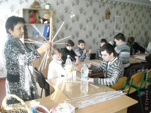 Итак. мы встретились!  К нам в гости приехали мастера своего дела -  художник Андрей Геннадиевич.  Ольга с мастер-классом по куклам-мотанкам  и Ира с плетеночками.  Это у нас в бытовой комнате. фото 4