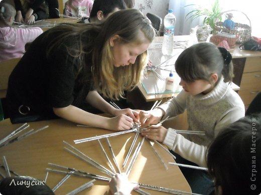 Итак. мы встретились!  К нам в гости приехали мастера своего дела -  художник Андрей Геннадиевич.  Ольга с мастер-классом по куклам-мотанкам  и Ира с плетеночками.  Это у нас в бытовой комнате. фото 7