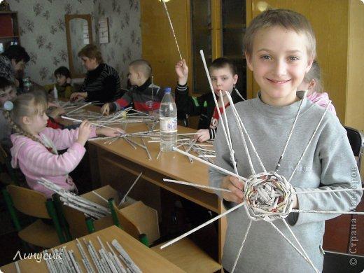 Итак. мы встретились!  К нам в гости приехали мастера своего дела -  художник Андрей Геннадиевич.  Ольга с мастер-классом по куклам-мотанкам  и Ира с плетеночками.  Это у нас в бытовой комнате. фото 8