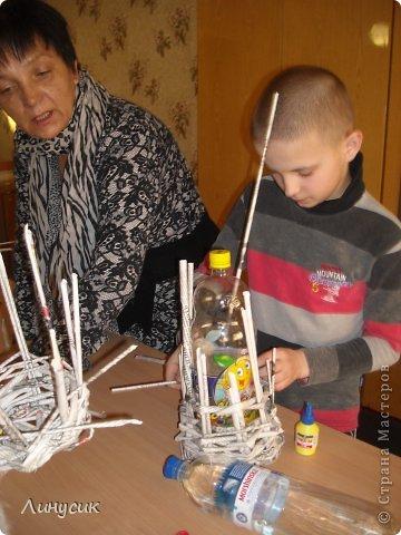 Итак. мы встретились!  К нам в гости приехали мастера своего дела -  художник Андрей Геннадиевич.  Ольга с мастер-классом по куклам-мотанкам  и Ира с плетеночками.  Это у нас в бытовой комнате. фото 11