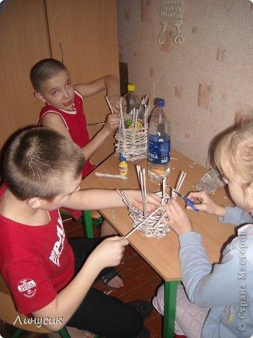 Итак. мы встретились!  К нам в гости приехали мастера своего дела -  художник Андрей Геннадиевич.  Ольга с мастер-классом по куклам-мотанкам  и Ира с плетеночками.  Это у нас в бытовой комнате. фото 13