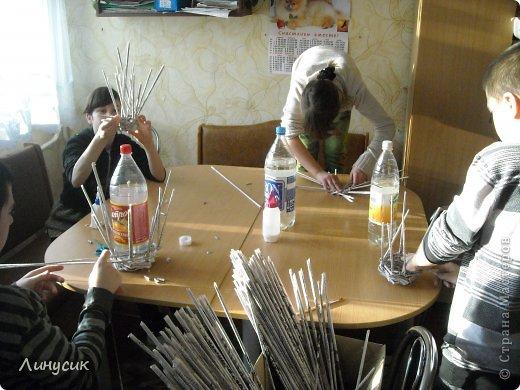 Итак. мы встретились!  К нам в гости приехали мастера своего дела -  художник Андрей Геннадиевич.  Ольга с мастер-классом по куклам-мотанкам  и Ира с плетеночками.  Это у нас в бытовой комнате. фото 18