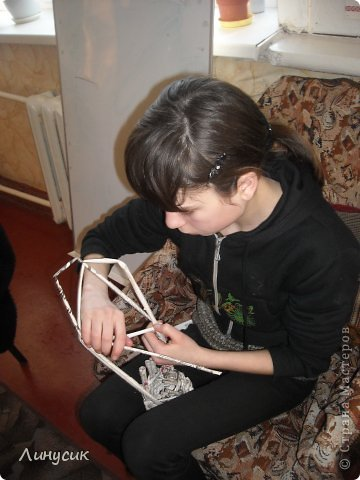 Итак. мы встретились!  К нам в гости приехали мастера своего дела -  художник Андрей Геннадиевич.  Ольга с мастер-классом по куклам-мотанкам  и Ира с плетеночками.  Это у нас в бытовой комнате. фото 21
