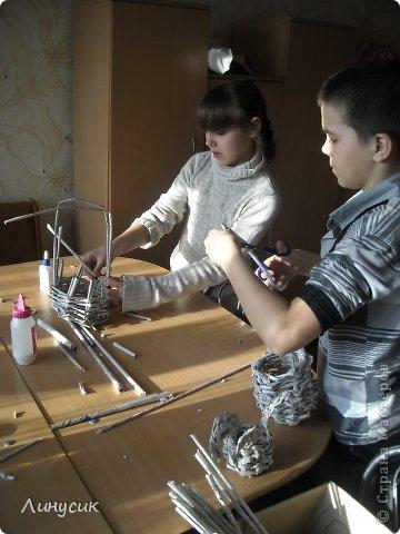 Итак. мы встретились!  К нам в гости приехали мастера своего дела -  художник Андрей Геннадиевич.  Ольга с мастер-классом по куклам-мотанкам  и Ира с плетеночками.  Это у нас в бытовой комнате. фото 23