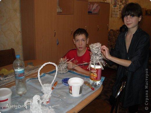 Итак. мы встретились!  К нам в гости приехали мастера своего дела -  художник Андрей Геннадиевич.  Ольга с мастер-классом по куклам-мотанкам  и Ира с плетеночками.  Это у нас в бытовой комнате. фото 32