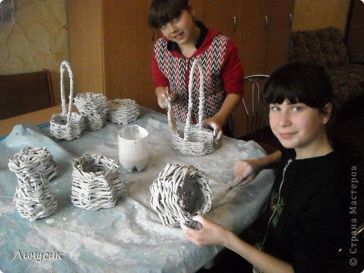 Итак. мы встретились!  К нам в гости приехали мастера своего дела -  художник Андрей Геннадиевич.  Ольга с мастер-классом по куклам-мотанкам  и Ира с плетеночками.  Это у нас в бытовой комнате. фото 36