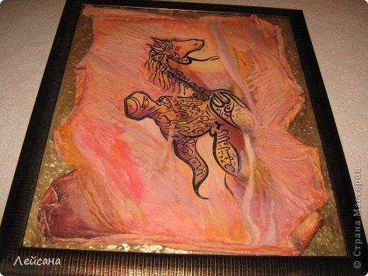 Каллиграфия дагестанского исламского художника Мурада Магомедова.  Его работы относятся к новому направлению в арабской каллиграфии - NUUN. Это экспериментальное направление арт-каллиграфии, сочитает слияние форм и содержания. На его полотнах изображены сюжет или форма, который скрывают в себе настолько глубокий смысл, что его даже можно разделить на уровни. Это – наследие традиционной арабской каллиграфии.  фото 3