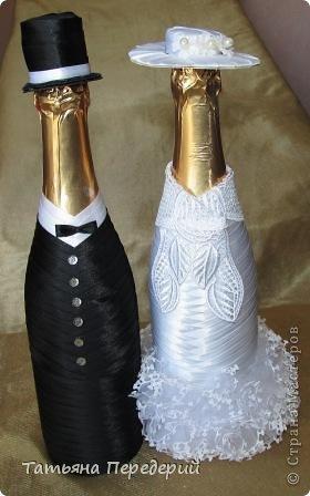 Здравствуйте, дорогие жители СМ! Я никогда не думала, что буду делать свадебные бутылочки, но жизнь вносит свои коррективы. В конце месяца моя доченька выходит замуж. Хочется, чтобы этот день ей запомнился , поэтому начала свадебные приготовления. И сегодня показываю начало моих подарков - вот таких жениха и невесту. Это проба пера в этом жанре, но я очень старалась, промахи есть, видны особенно на фото. Но я все - таки своей работой довольна. Приглашаю посмотреть новобрачных... фото 1