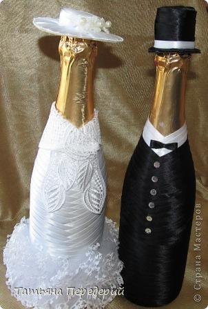 Здравствуйте, дорогие жители СМ! Я никогда не думала, что буду делать свадебные бутылочки, но жизнь вносит свои коррективы. В конце месяца моя доченька выходит замуж. Хочется, чтобы этот день ей запомнился , поэтому начала свадебные приготовления. И сегодня показываю начало моих подарков - вот таких жениха и невесту. Это проба пера в этом жанре, но я очень старалась, промахи есть, видны особенно на фото. Но я все - таки своей работой довольна. Приглашаю посмотреть новобрачных... фото 3