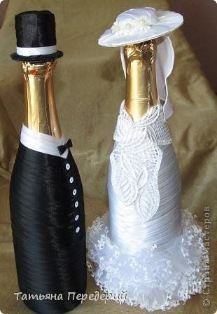Здравствуйте, дорогие жители СМ! Я никогда не думала, что буду делать свадебные бутылочки, но жизнь вносит свои коррективы. В конце месяца моя доченька выходит замуж. Хочется, чтобы этот день ей запомнился , поэтому начала свадебные приготовления. И сегодня показываю начало моих подарков - вот таких жениха и невесту. Это проба пера в этом жанре, но я очень старалась, промахи есть, видны особенно на фото. Но я все - таки своей работой довольна. Приглашаю посмотреть новобрачных... фото 14