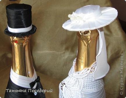 Здравствуйте, дорогие жители СМ! Я никогда не думала, что буду делать свадебные бутылочки, но жизнь вносит свои коррективы. В конце месяца моя доченька выходит замуж. Хочется, чтобы этот день ей запомнился , поэтому начала свадебные приготовления. И сегодня показываю начало моих подарков - вот таких жениха и невесту. Это проба пера в этом жанре, но я очень старалась, промахи есть, видны особенно на фото. Но я все - таки своей работой довольна. Приглашаю посмотреть новобрачных... фото 15