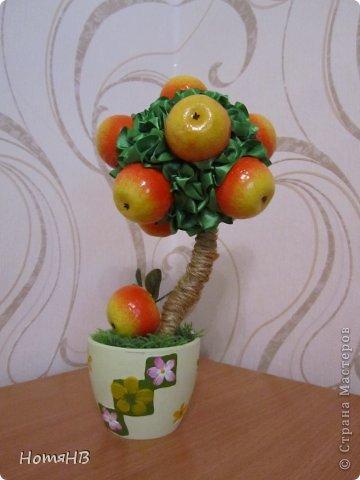 В моем саду есть и яблонька......)))