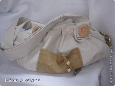 Сшила себе новенькую сумочку на лето.Сумочка сшита из тонкого джинса(роспорола старые брюки,которые стали на меня слишком большие) и кусочков замши. фото 2