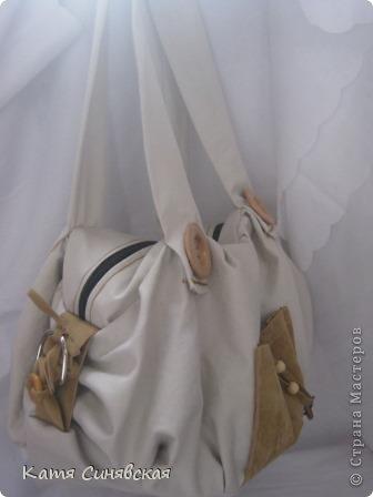 Сшила себе новенькую сумочку на лето.Сумочка сшита из тонкого джинса(роспорола старые брюки,которые стали на меня слишком большие) и кусочков замши. фото 3