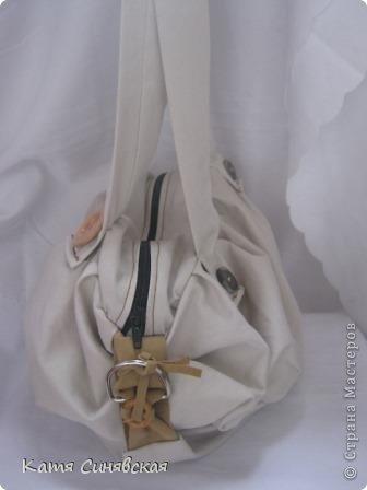 Сшила себе новенькую сумочку на лето.Сумочка сшита из тонкого джинса(роспорола старые брюки,которые стали на меня слишком большие) и кусочков замши. фото 5