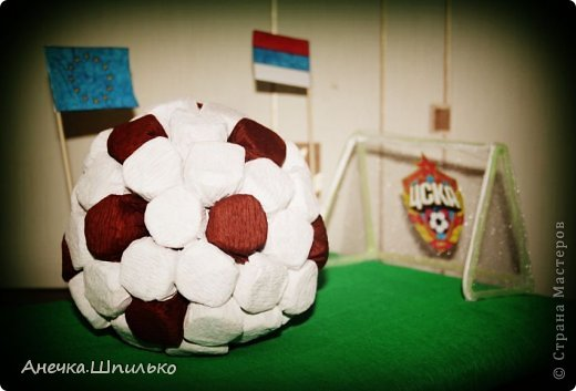 Для дяди на Д/Р (т.к. он любит футбол) решила сделать мяч из конфет и -вот такой матч ЦСКА (Россия)против  Реал-Мадрид (Испания) у меня получился. фото 2