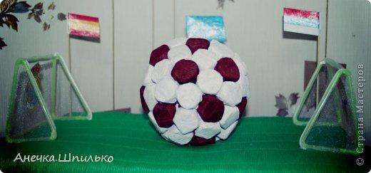 Для дяди на Д/Р (т.к. он любит футбол) решила сделать мяч из конфет и -вот такой матч ЦСКА (Россия)против  Реал-Мадрид (Испания) у меня получился. фото 1