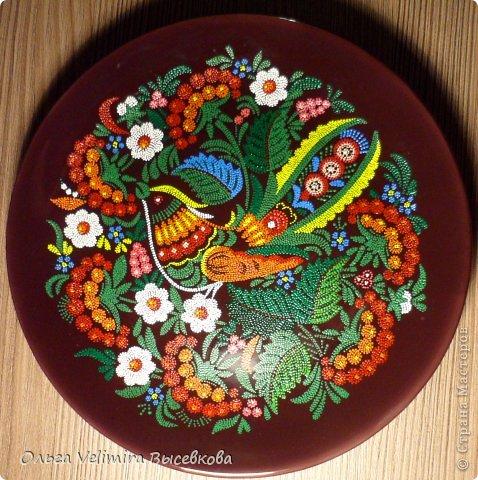 Рисунок выполнен на глазурированной тарелке диаметра 21 см акриловыми красками в технике точечной росписи (point-to-point) фото 1
