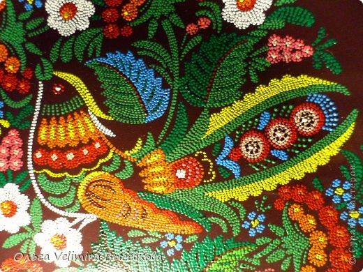 Рисунок выполнен на глазурированной тарелке диаметра 21 см акриловыми красками в технике точечной росписи (point-to-point) фото 2