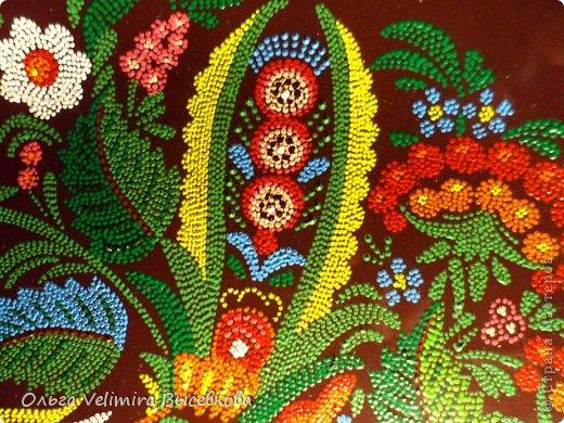 Рисунок выполнен на глазурированной тарелке диаметра 21 см акриловыми красками в технике точечной росписи (point-to-point) фото 4