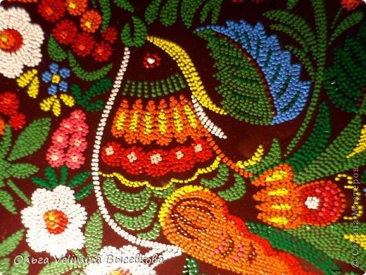 Рисунок выполнен на глазурированной тарелке диаметра 21 см акриловыми красками в технике точечной росписи (point-to-point) фото 5