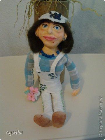 вот такая девушка в кепочке получилась =) сделана из пластики - Фимо софт, туловище набивное. фото 1