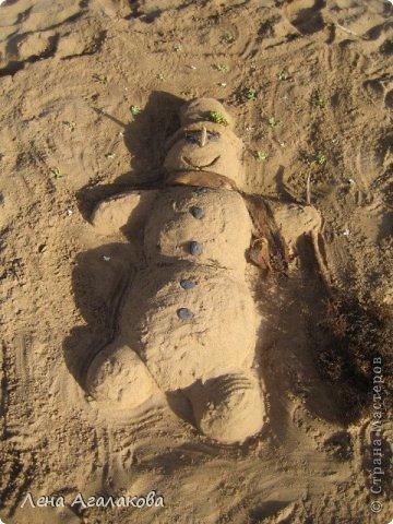 Прекрасный солнечный денек,я на пляже ,но чего-то не хватает... Не люблю лежать без дела ,начинаю самозабвенно лепить из того что под рукой - из песка,благо его вокруг много  Русалочка фото 2