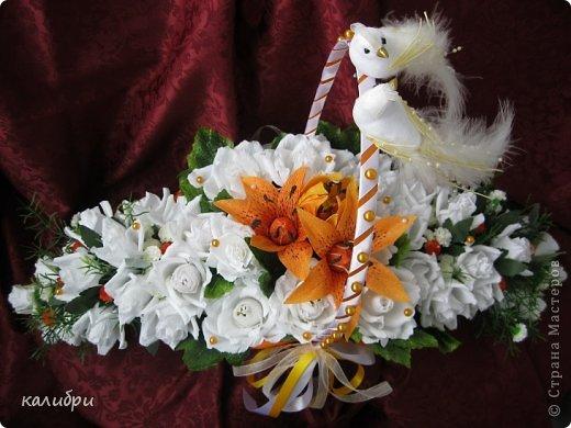 Большое спасибо Светику за МК по сборке букета! Благодаря ей появилась эта корзинка для одной замечательной пары. Невеста очень любит оранжевый цвет, поэтому появились лилии. Конфеты «Солнечный зайчик», «Марсианка», «Живинка», «Крем-брюле» - всего 41 конфета.  фото 2