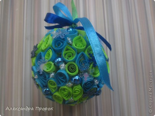 Вот такой шарик можно сделать себе на елочку или в подарок друзьям и близким. фото 1