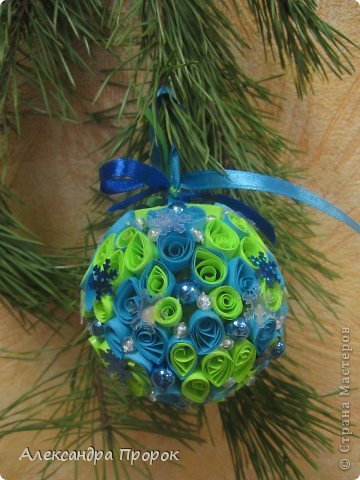 Вот такой шарик можно сделать себе на елочку или в подарок друзьям и близким. фото 8